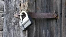 Un candado moderna en una antigua puerta de madera   fotos   Temas   Vida